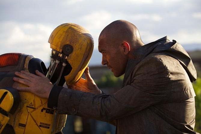 로봇 피해 보험사 직원 잭이 직접 로봇 진화의 비밀을 파헤치고 있다. - 인피니티엔터테인먼트 제공